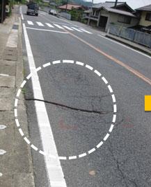改善前 道路に亀裂、凹面がある状態