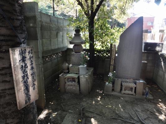 御幸地区戦災殉難者群霊墓碑