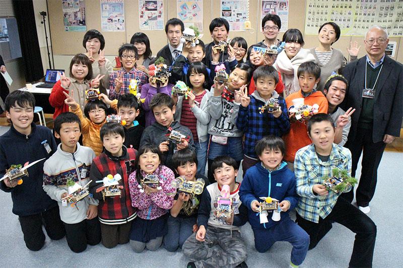 参加児童と作品の集合写真