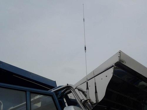 車両に開設された不法無線局のアンテナ