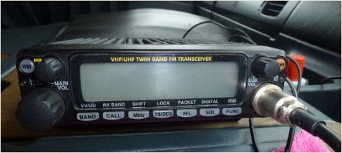 車両に開設された不法無線局の無線機